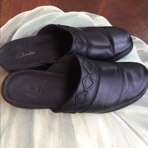 CLARKS BLACK LEATHER MULES SIZE 9M